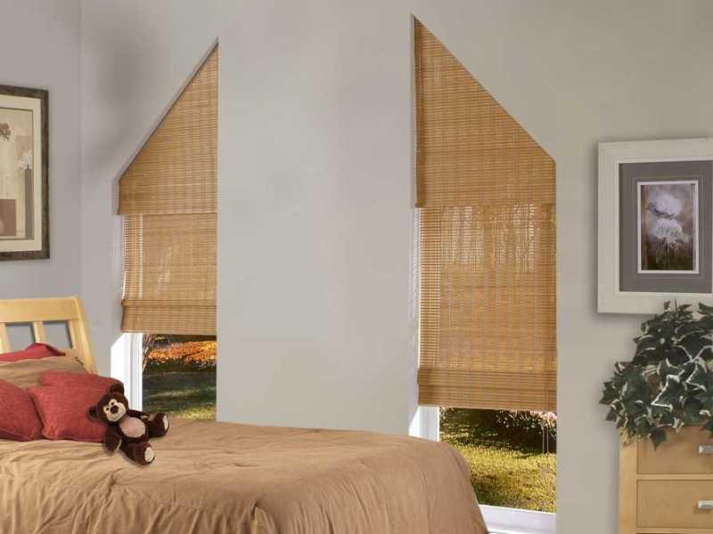 римские шторы из соломки для треугольных узких оконных проемов