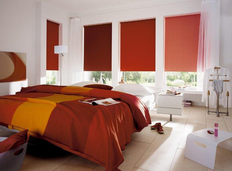 рулонки в тон со спальными принадлежностями