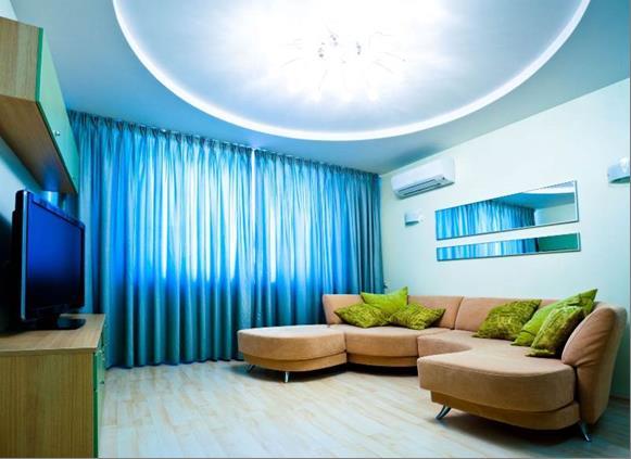 сочетание голубого и бежевого в небольшой гостиной