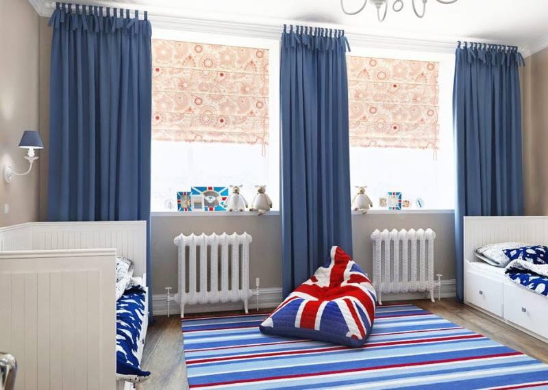 темно-голубые портьеры и бежевые римские шторы на одном окне