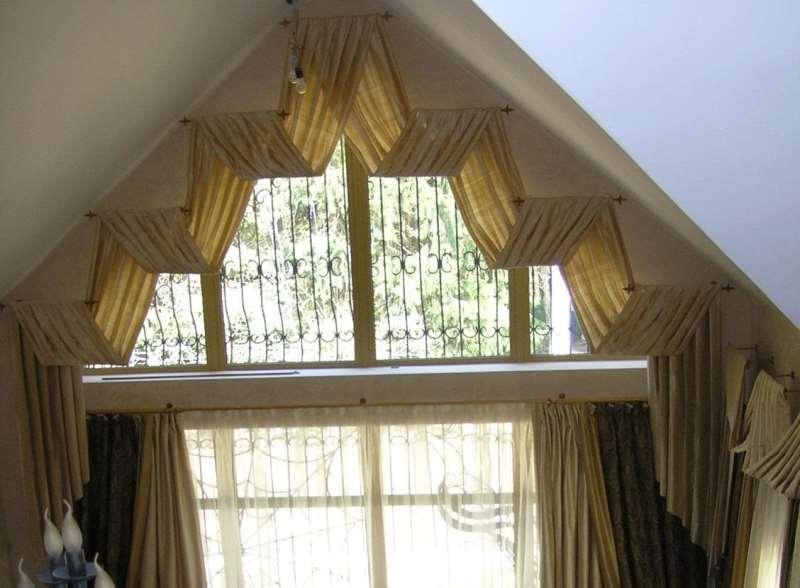 вариант драпировки окна длинными полотнами