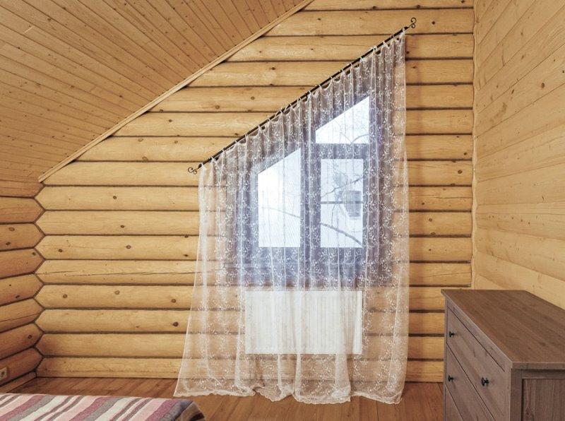 вариант крепления занавески на скошенном под углом окне