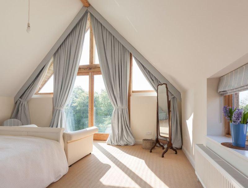 вариант подвешивания портьер на треугольное окно