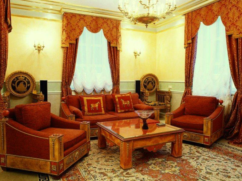 Шторы терракотового цвета в интерьере гостиной