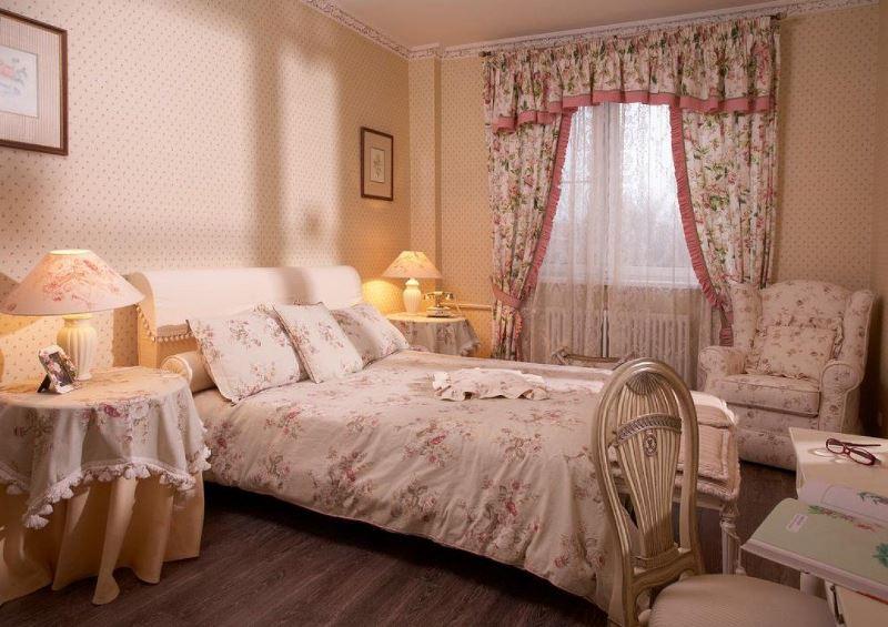 бежево розовая спальня и шторами в цветочек