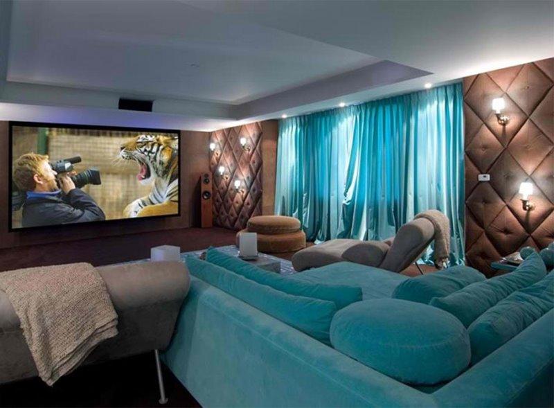 домашний кинозал с бирюзовыми занавесками и диваном