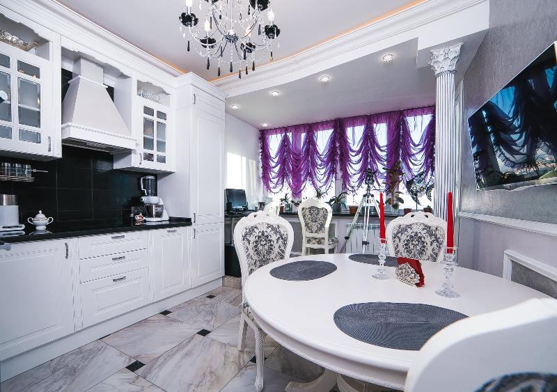 фиолетовые французские шторы на белой кухне