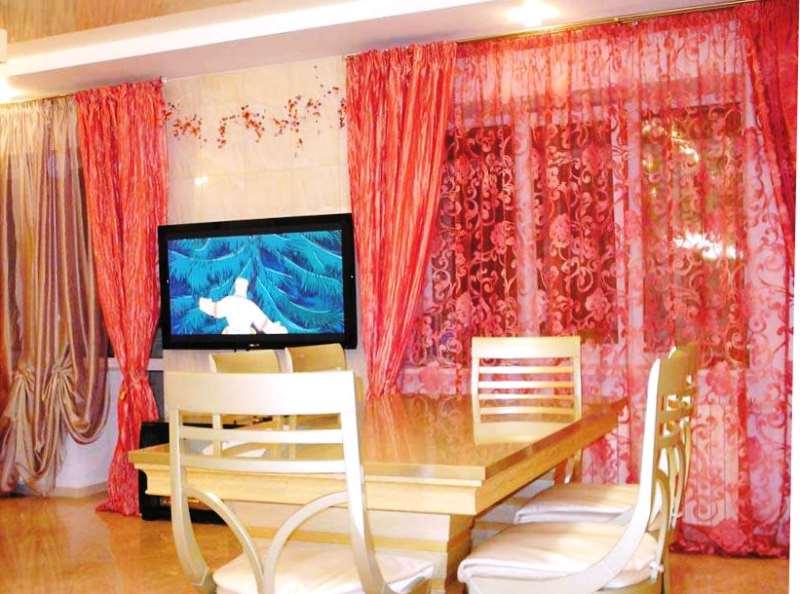 коралловый тюль в современной квартире