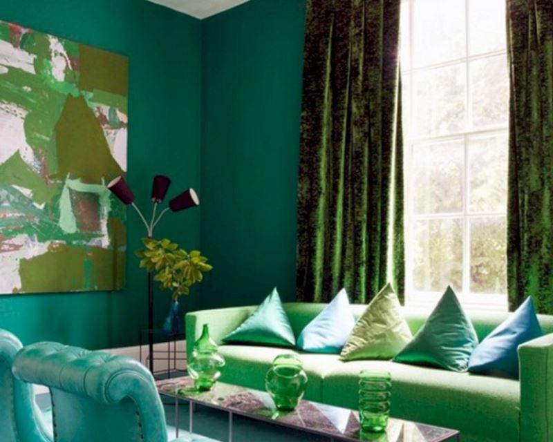 плюшевые изумрудные шторы в гостиной