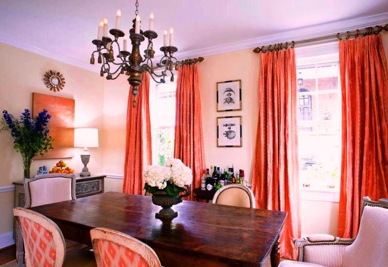 портьеры кораллового цвета с винтажной мебелью в столовой