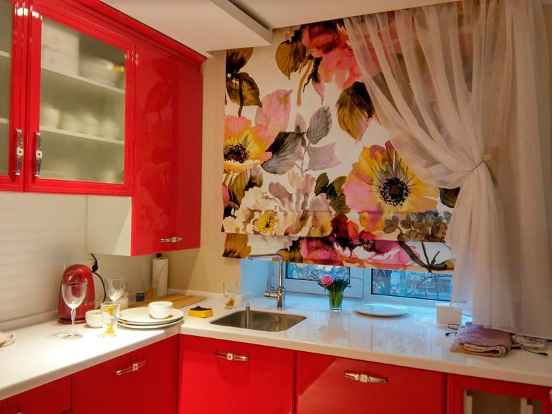 римские шторы с цветочным рисунком на кухне