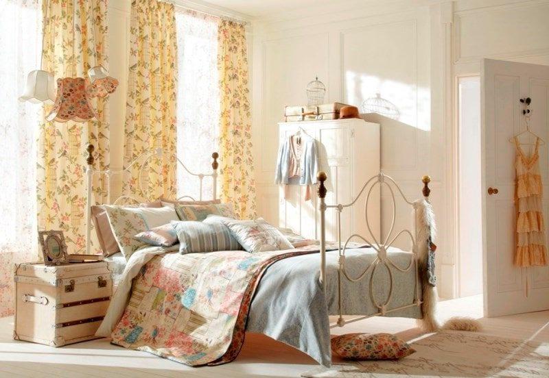 шторы в спальне с мелким рисунком