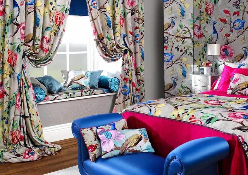шторы в спальне с рисунком птиц и цветов