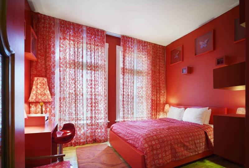 спальня с коралловыми занавесками