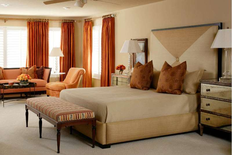 терракотовые шторы в спальной номера гостиницы