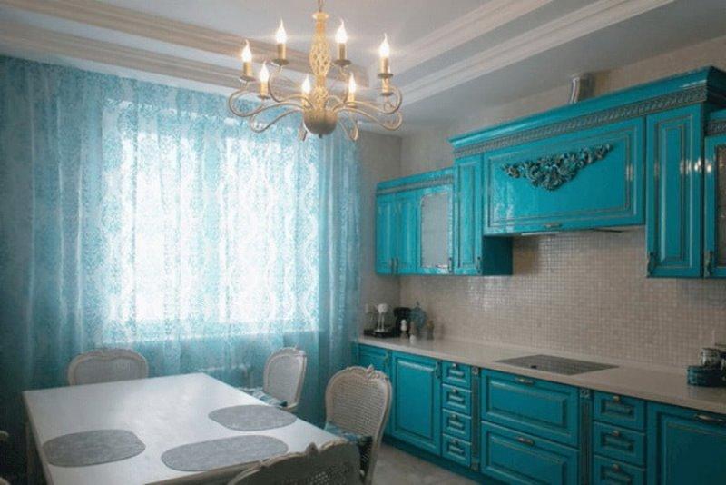 тюль и кухонный гарнитур в едином цветовом стиле