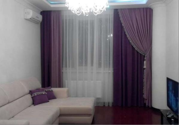зал с фиолетовыми портьерами