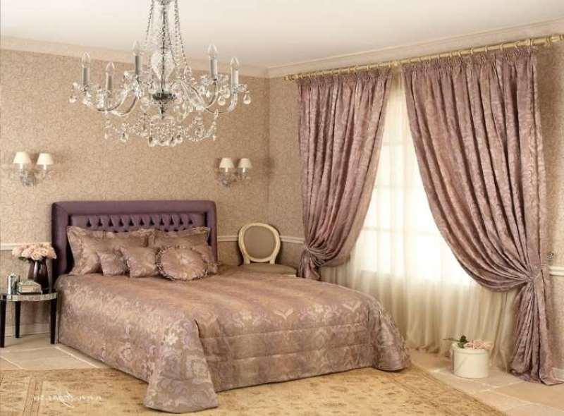 Спальня с жемчужными велюровыми шторами