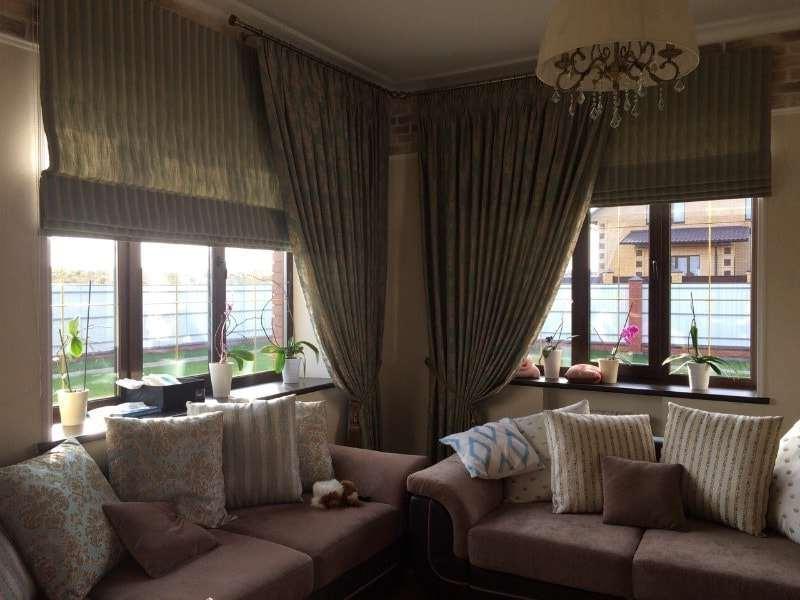 Велюровые шторы в сочетании с римскими занавесками из вельвета в крупный рубчик
