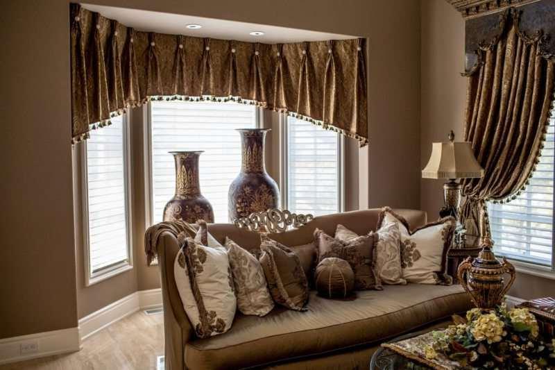 Велюровый ламбрекен и шторы на эркерном и узком окне в гостиной