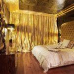 Золотые шторы в интерьере спальни