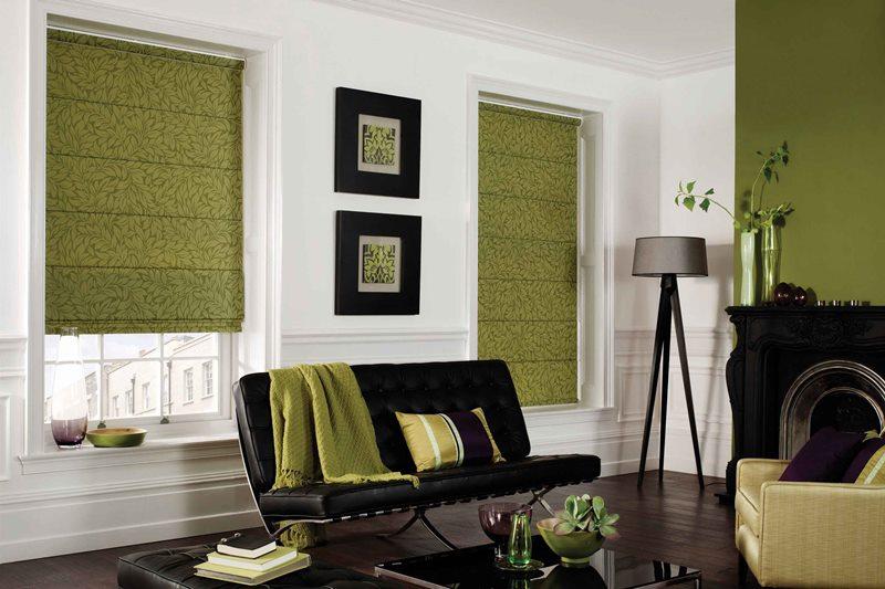 оливковые римские шторы в зале