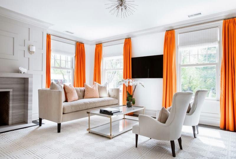 оранжевые портьеры в белой гостиной