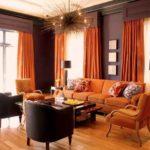 оранжевые шторы в интерьере гостиной