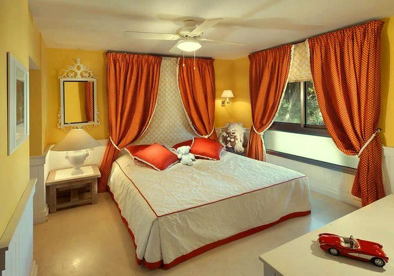 оранжевые занавески в спальне