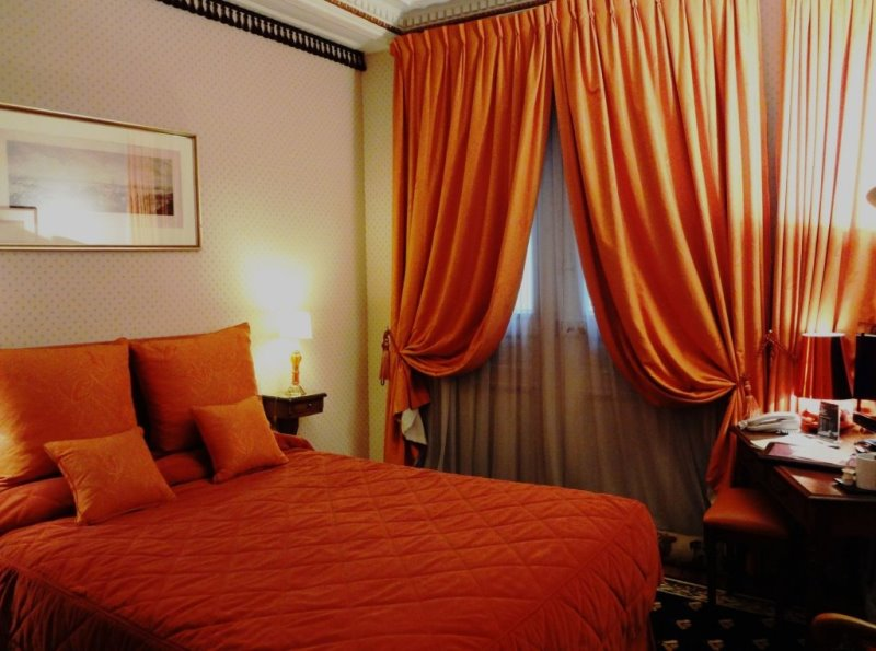 плотный гардины оранжевого цвета в спальне