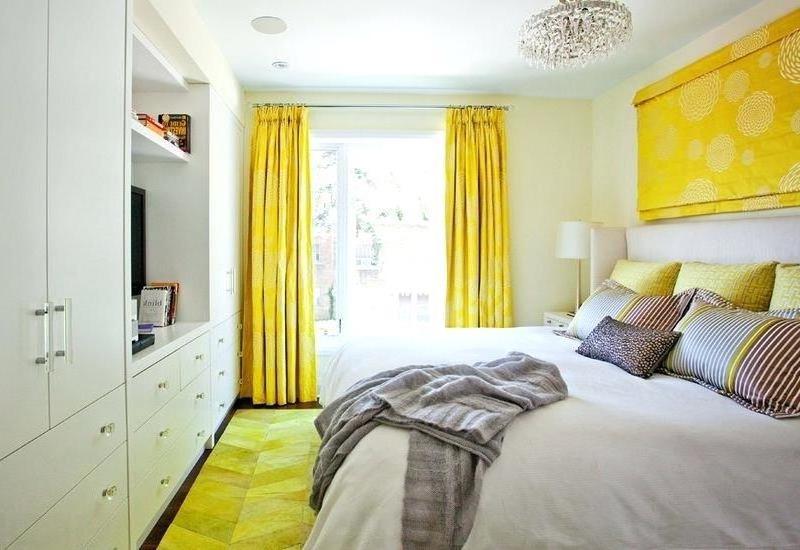 портьеры желточного цвета в спальне