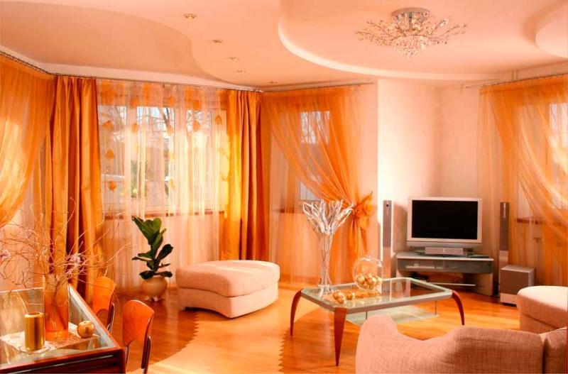 преобладание оранжевого цвета в гостиной