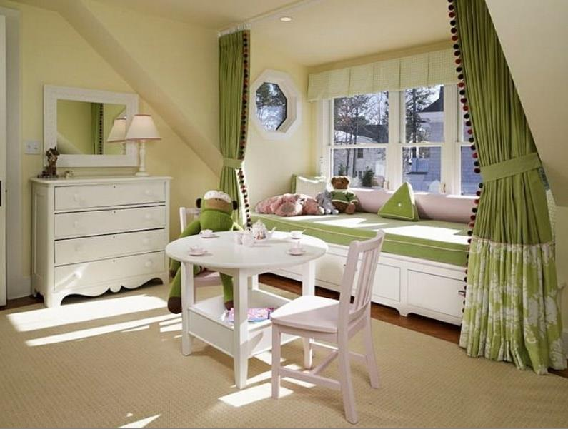прикроватный занавес оливкового цвета в детской комнате