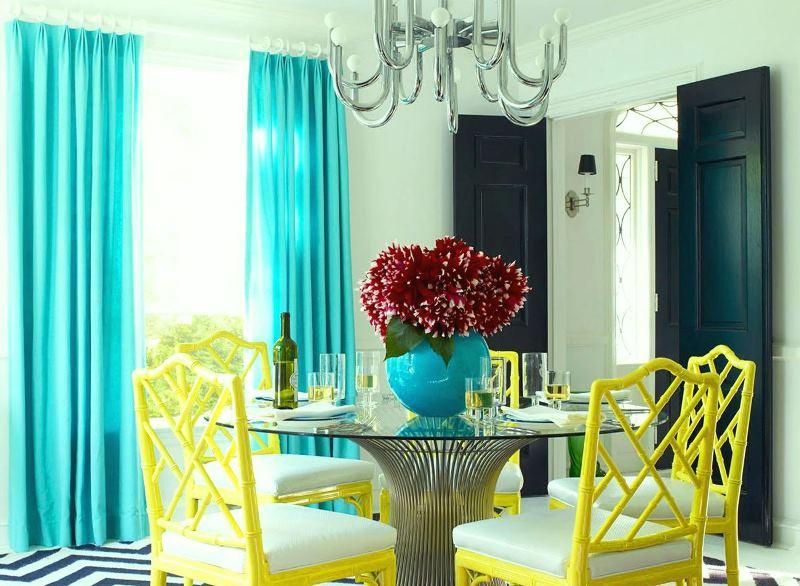 шторы мятного цвета в интерьере гостиной-столовой