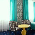 шторы мятного цвета в интерьере спальни