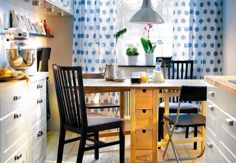 шторы с синими кружками на кухне