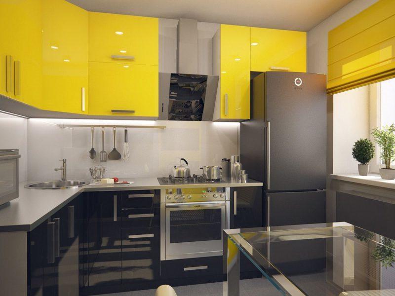 сочетание желтых римок с мебелью в кухне
