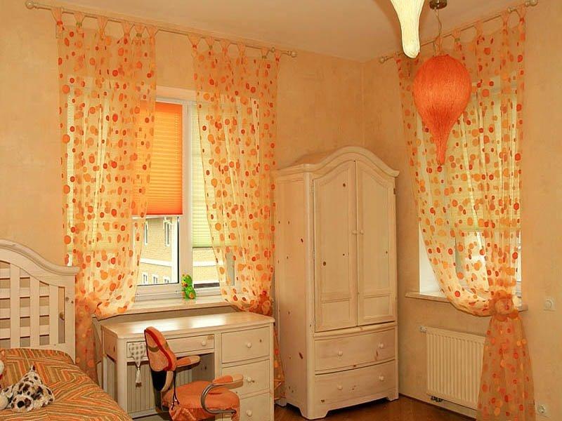 спальня с тюлем в оранжевый горошек