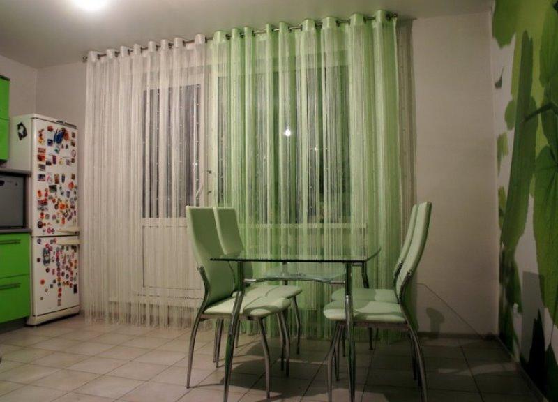 зеленая и белая кисея на люверсах на кухне