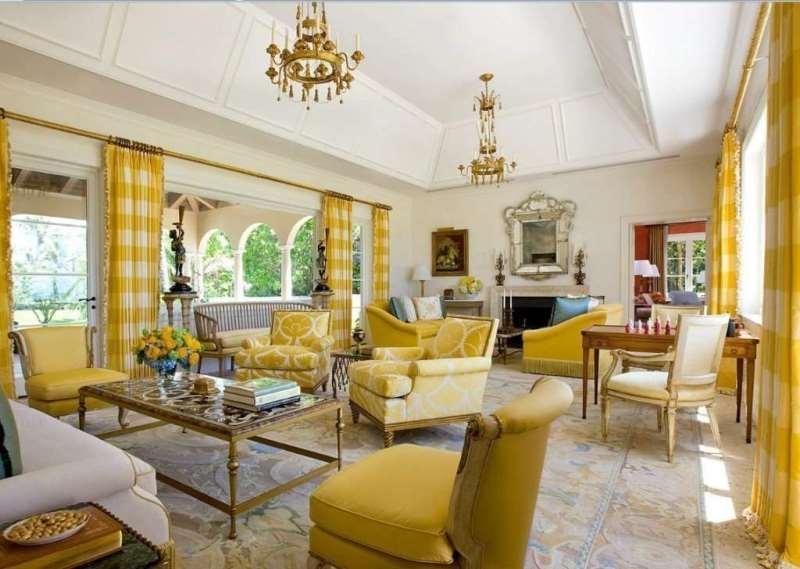 желто-белые шторы в клетку для гостиной