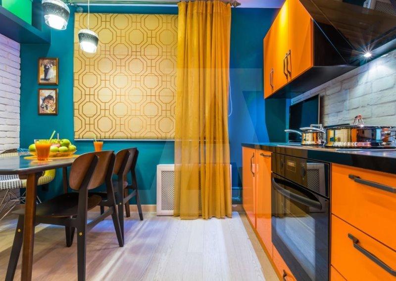 желтый тюль и римки в синей кухне