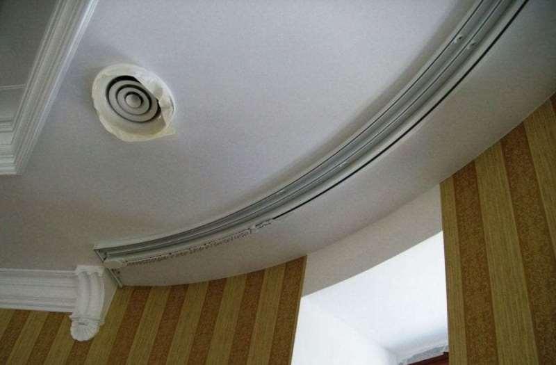 Гибкий потолочный карниз в круглом эркере