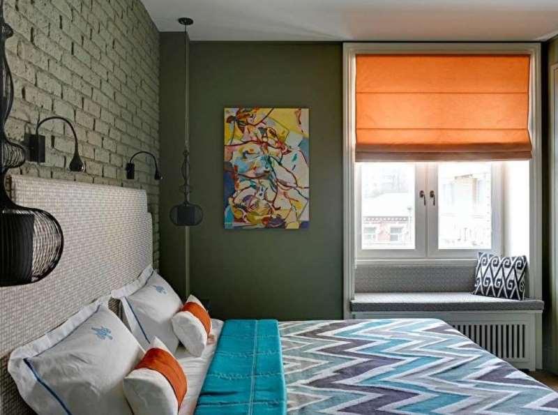 Римская штора на окне с диванчиком вместо подоконника