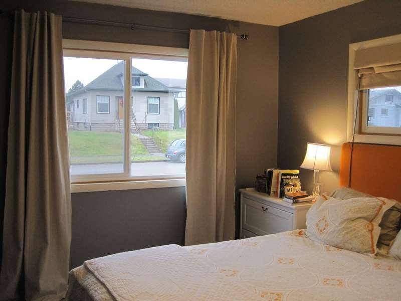 Шторы блэкаут в спальне с низкими потолками