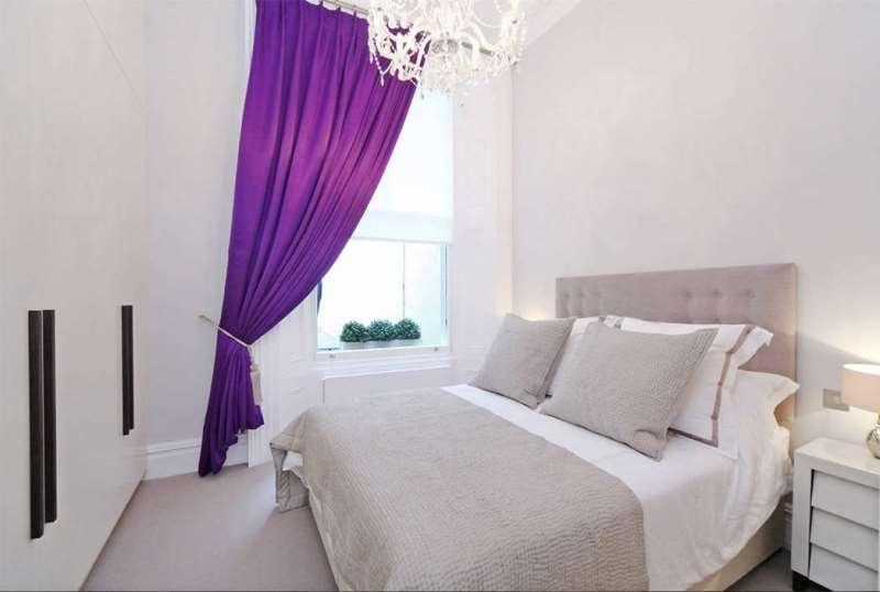 Яркая штора в маленькой светлой спальне