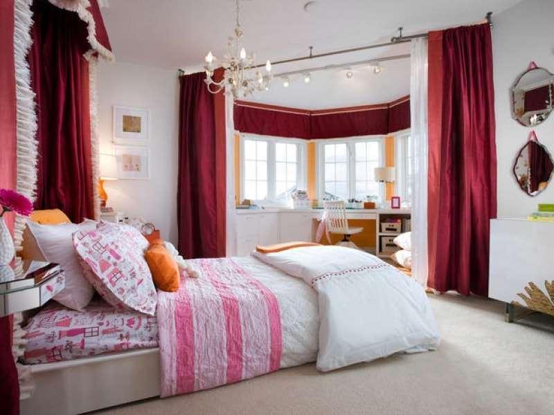 Бордовые шторы, отделяющте эркер от спальни