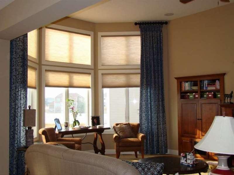 Портьеры и шторы плиссе в эркере с высокими окнами