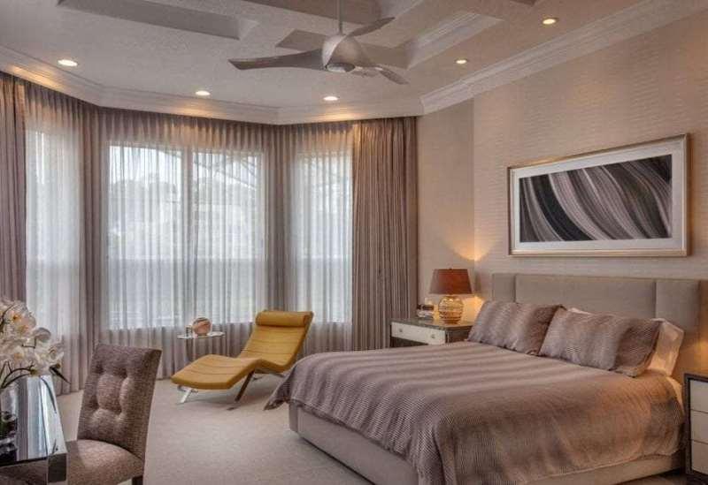 Жемчужные шторы в классической спальне с эркером
